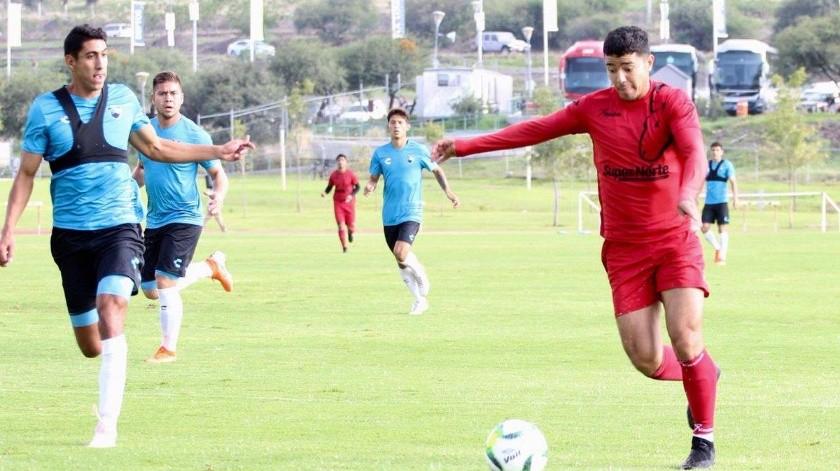 Víctor Guajardo, de Cimarrones de Sonora, con el balón, en el partido ante Tampico Madero.