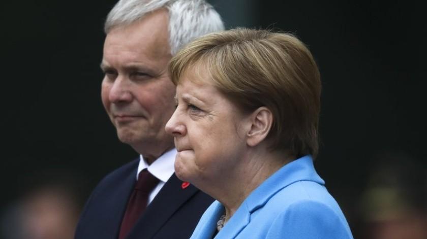 La canciller alemana volvió a verse temblorosa durante un acto público el miércoles, por tercera vez en menos de un mes, pero Angela Merkel insistió en que no hay motivo para preocuparse.(AP)