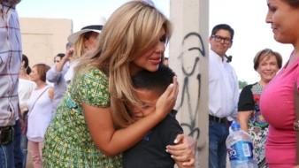 La gobernadora Claudia Pavlovich abraza a un niño durante la entrega del albergue Villas del papa Francisco.
