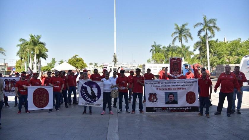 Fueron alrededor de 50 miembros del sindicato, acompañados de 5 camiones de carga los que desfilaron por las calles aledañas al Ayuntamiento.(Mayra Echeverría)