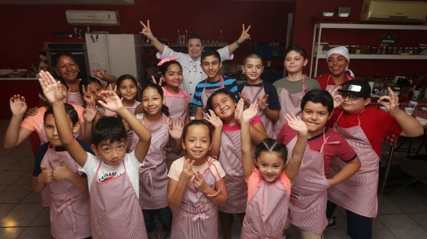 Con ánimo de aprender y divertirse, pequeños cachanillas pasan sus vacaciones de verano en el taller de cocina para niños de la chef Roxana .