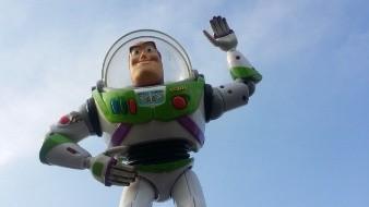 El menor escondió entre su ropa dos muñecos de Buzz Lightyear y un Señor Cara de Papa.