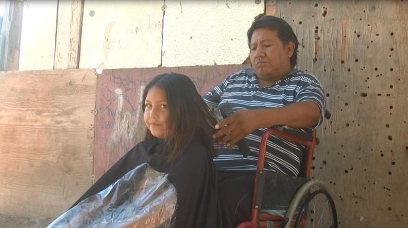 """Aunque no puede caminar, """"Chalito"""" trabaja cortando el cabello en su casa para mantenerse.(Jesús Palomares)"""