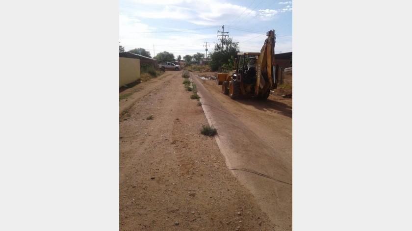 Autoridades municipales de Naco trabajan en la limpieza de arroyos y canales.(ESPECIAL)