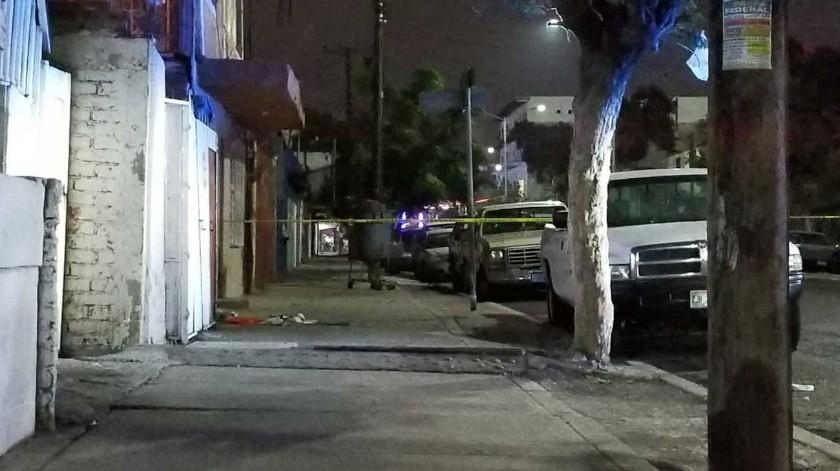 En la calle Michoacán y Constitución de laZona Norte, un hombre empujaba un carrito de mandado con el cuerpo sin vida de una mujer.(Margarito Martínez)