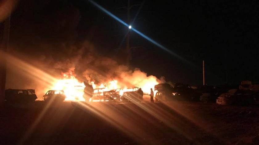 Incendio en yonke daña 24 vehículos(Cortesía)
