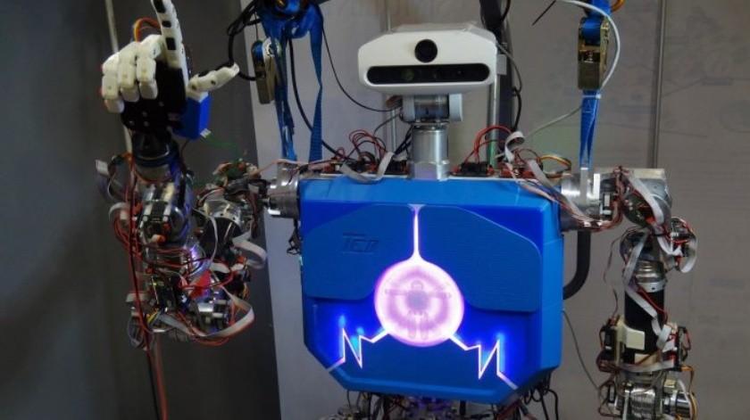 Enseñan a robot a comunicarse en lenguaje de señas(YouTube)