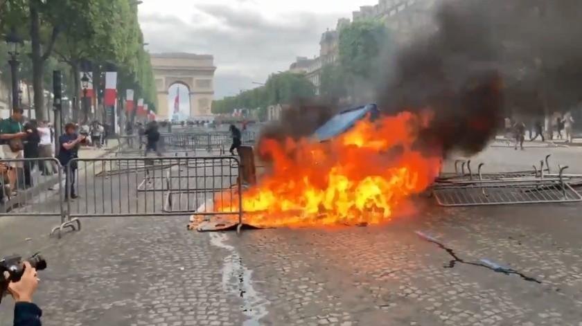 Los manifestantes causaron un incendio sobre la avenida de los Campos Elíseos.(Captura)