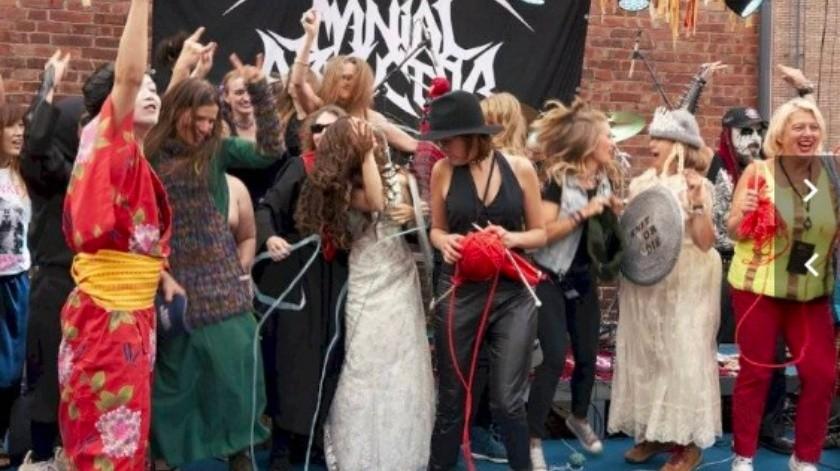 Con nombres artísticos como Woolfumes, Bunny Bandit y 9″ Needles, los participantes compartieron un simple objetivo: mostrar sus habilidades para tejer mientras bailaban música heavy metal en la manera más extravagante posible.(AP)