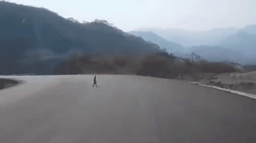 En redes sociales se ha vuelto viral un video donde se capta una figura humanoide caminando en plena carretera.