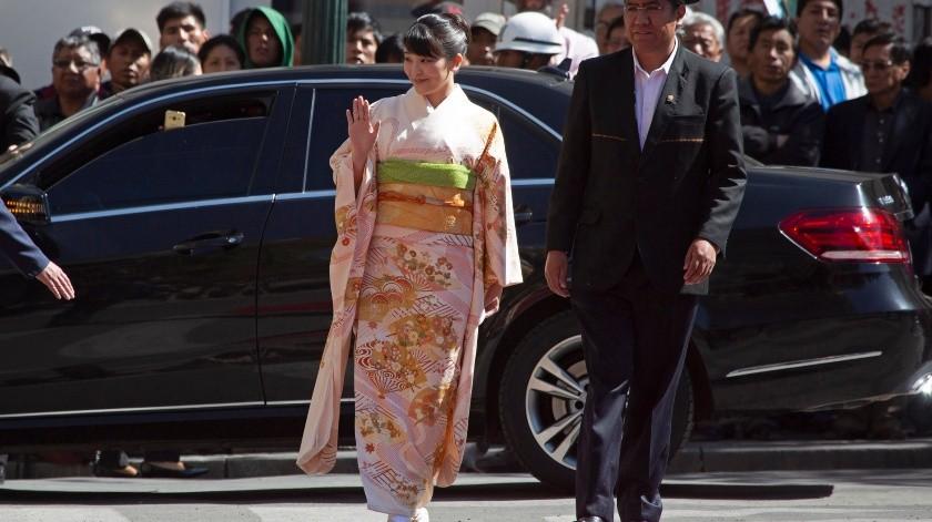 La princesa japonesa Mako saluda a su llegada a una ceremonia de bienvenida en el palacio presidencial acompañada del canciller Diego Pary en La Paz, Bolivia..(AP)