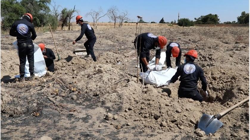 Yasser al-Khamees, quien dirige un equipo de socorristas, dijo que los trabajadores han desenterrado 4.760 restos de una serie de fosas comunes a partir de enero del 2018.(AP)