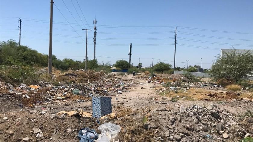 Lote baldío en Villas del Cortés y Alcaides, en Villas del Cortés, que usan los vecinos para cortar camino, aunque deban pasar entre desperdicios.(Banco Digital)