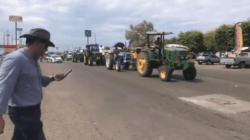 Productores del Valle del Yaqui y Mayo conduciendo tractores se dirigían la mañana de este miércoles a la caseta de fundición para protestar por las nuevas políticas agropecuarias del Gobierno Federal.