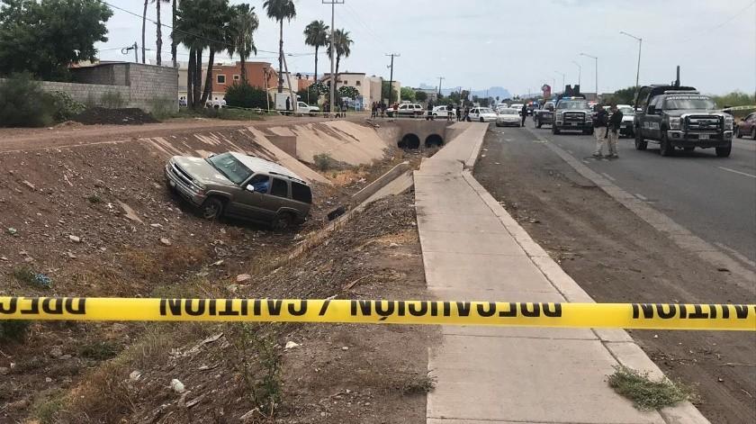 El vehículo dónde quedó el cuerpo sin vida es una Sonora modelo atrasado, color dorado, con placas de Sonora.(Redacción GH)