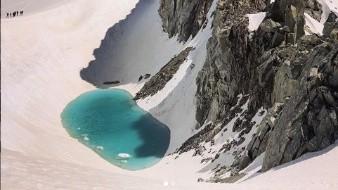 Un alpinista compartió alarmantes imágenes en su cuenta de Instagram sobre un lago de nieve glacial derretido.
