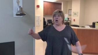 "VIDEO: Mujer rompe por accidente ""campana libre de cáncer"""