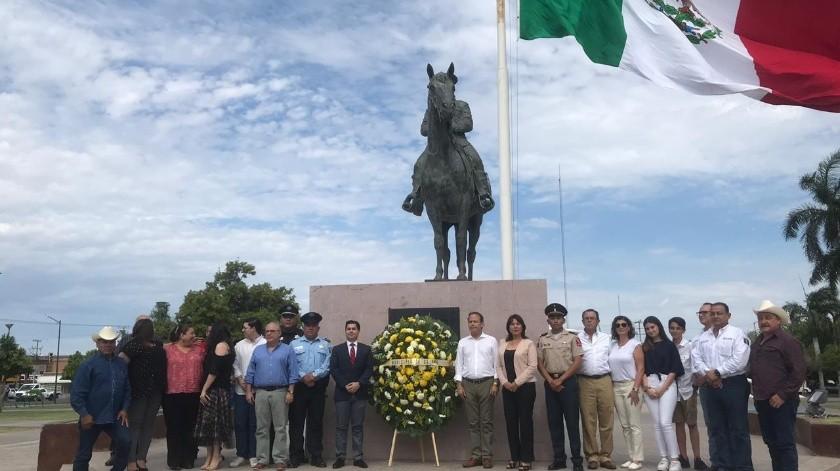 Al pie del Monumento al General Álvaro Obregón se colocó ayer una ofrenda floral en Ciudad Obregón.(Mayra Echeverría)