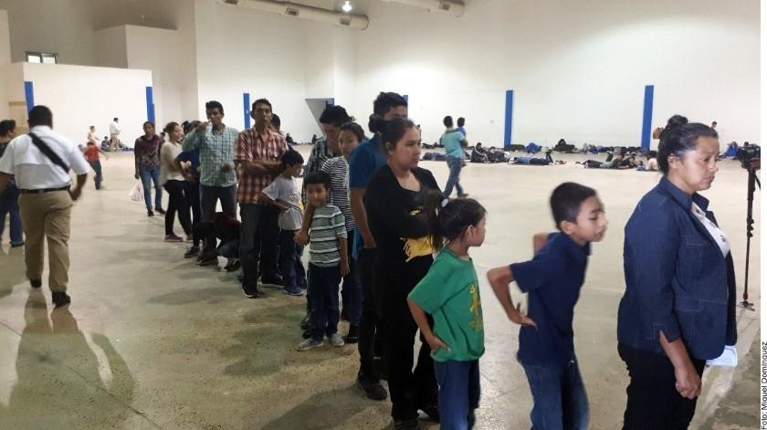 Desde las 16:00 horas del martes comenzaron a llegar al auditorio autobuses de transporte foráneo que trasladaban a los indocumentados, escoltados por militares.(Agencia Reforma)