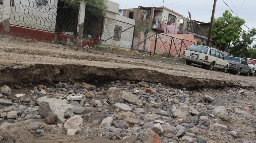 El agua de la lluvia forma un río por la calle Tepache esquina Reforma, en la colonia L�pez Portillo y deja enormes hoyos que la vuelven intransitable y peligrosa, tanto para carros como para peatones.(Anahí Velásquez)