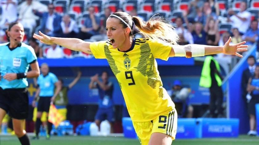 Real Madrid ficha a primera mujer para su escuadra(Twitter/ @KosovareAsllani)
