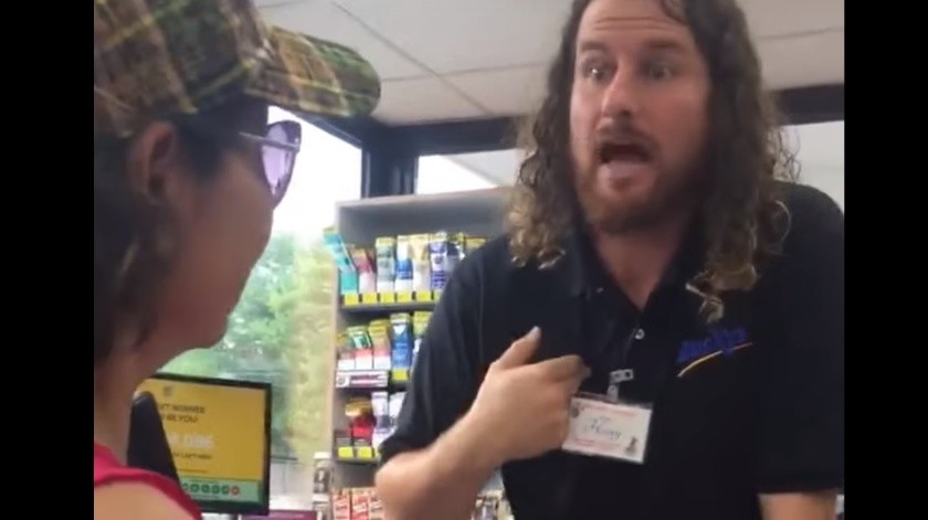 """Regresa a tu país"": Pide empleado de gasolinera a latinas(Captura de video)"