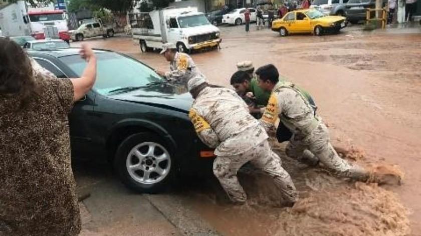Militares apoyaron a personas afectadas por las lluvias del miércoles.(Rubén Ruiz)