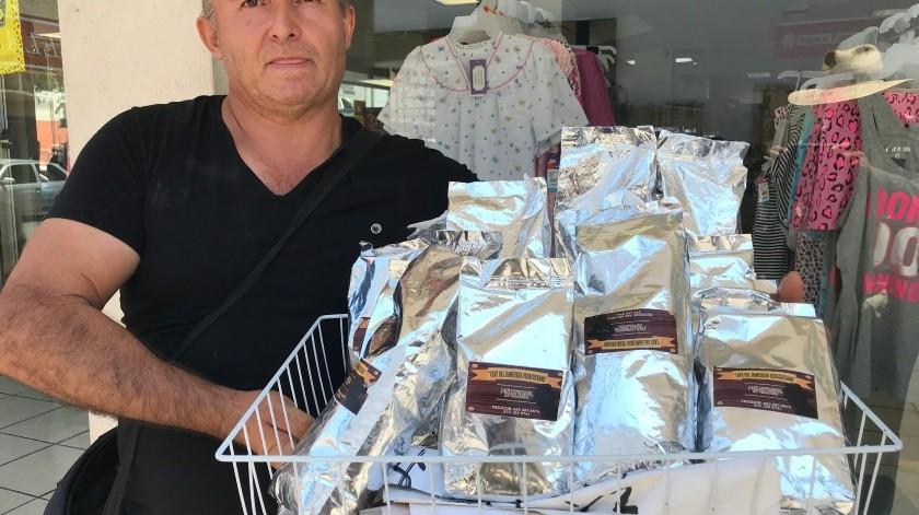 León García Vargas, originario de Veracruz, ofrece con gran orgullo el café que él y su familia producen.(Gamaliel González)