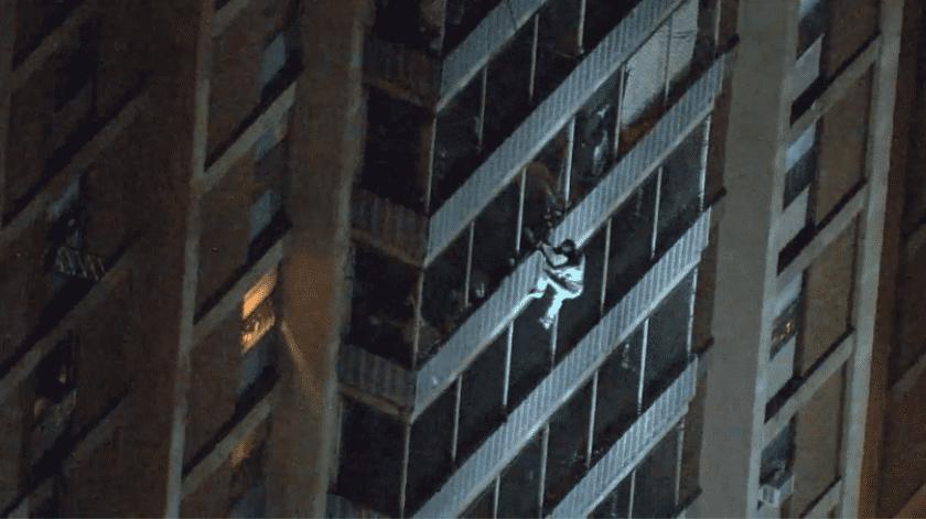 Un hombre escaló un edificio de 19 pisos en el Oeste de Filadelfia el jueves por la noche para escapar de un incendio que lesionó a cuatro residentes y tres policías.(Captura de video)