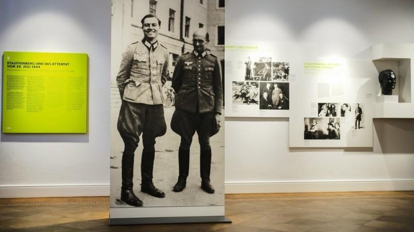 En esta foto del viernes 12 de julio de 2019, una foto de Claus Schenk Graf von Stauffenberg, a la izquierda, y Albrecht Ritter Merz von Quirnheim se exhibe en el Centro Conmemorativo de la Resistencia Alemana dentro del edificio Bendlerblock del ministerio defensivo en Berlín. Stauffenberg fue uno de los líderes del fallido asesinato de Adolf Hitler el 20 de julio de 1944.(AP)