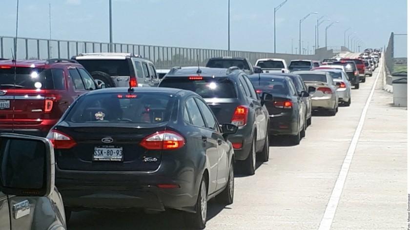 Los vacacionistas que buscan llegar a Texas por los puentes internacionales de Reynosa debieron hacer filas en los cruces hasta de cuatro horas, sobre todo en el de Reynosa-Mission o Anzaldúas.(Agencia Reforma)