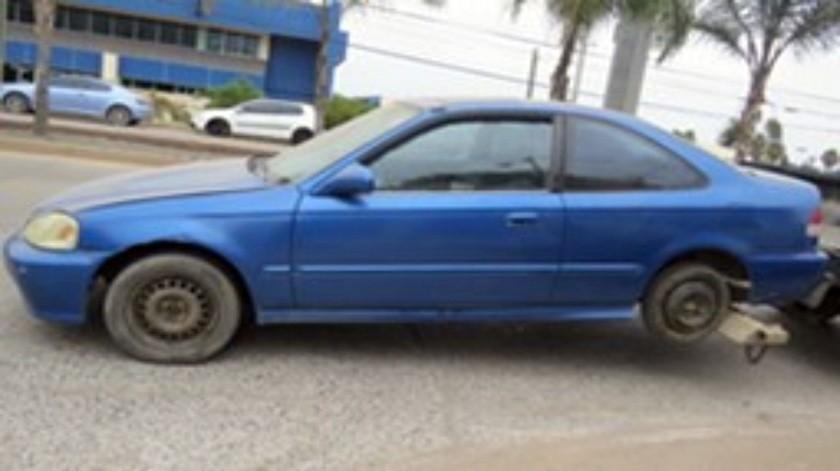 El auto recuperado es un sedán Honda Civic, modelo 2000.(Cortesía)