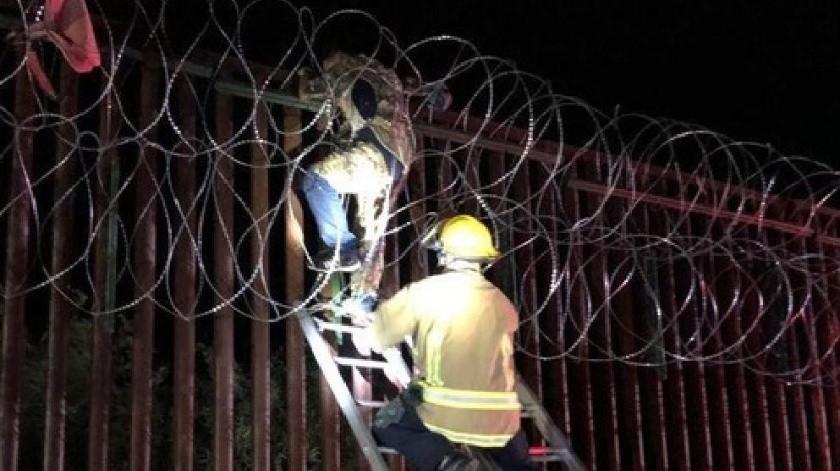 Queda atrapado en alambre de muro fronterizo(Nogales Fire Department)