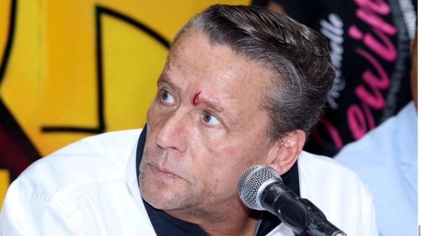 Carlos trejo golpeó con una botella a Alfredo Adame durante una rueda de prensa.