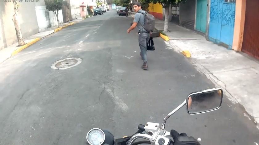 VIDEO: Motociclista enfrenta a ladrones y regresan mercancía(Captura de video)