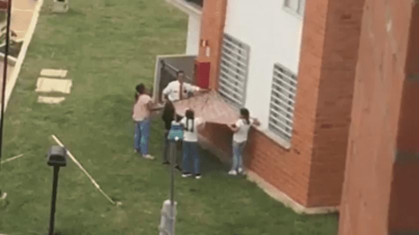 VIDEO: Perro engaña a vecinos que tratan de salvarlo(Facebook)