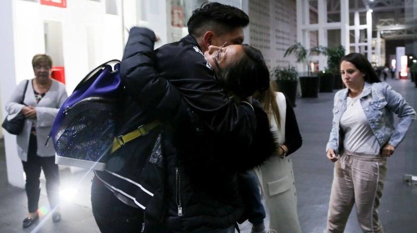 Con emotiva despedida familiar, Edson Álvarez partió rumbo a Holanda.(Twitter/@estoenlinea)