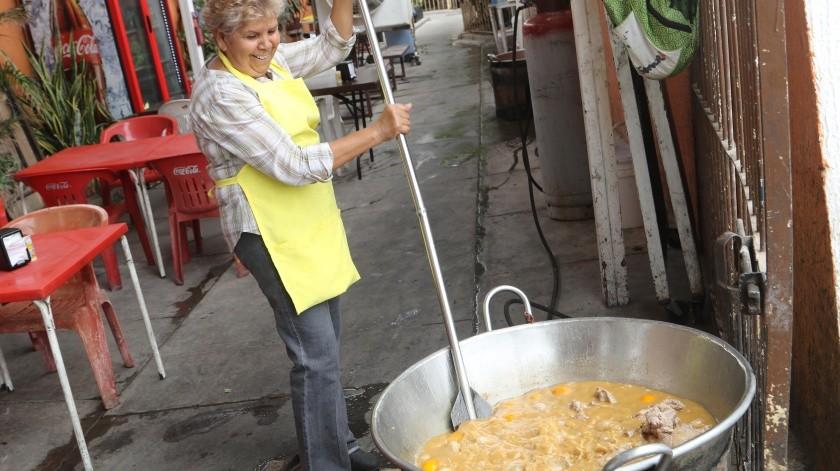 María Luisa Castellanos tiene 15 años de elaborar carnitas al estilo Hermosillo.(Gamaliel González)