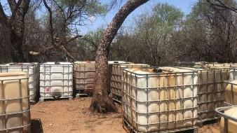 Autoridades aseguraron 48 contenedores con 46 mil litros de hidrocarburo, los cuales eran almacenados en un campamento clandestino.