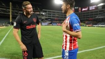 Héctor Herrera y Oribe Peralta cambiaron camisetas al final del partido.