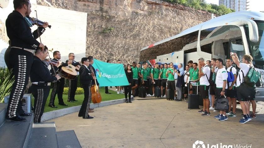Con todo y mariachi reciben al Betis en su llegada a México.(Twitter/@LaLiga)