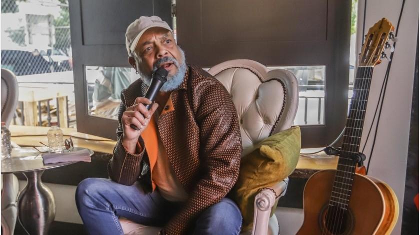 Son 63 años de vida, ahora luce una barba azul y un físico delgado, pero la esencia del romanticismo y el coqueteo es algo que no se le quita a Francisco Céspedes.