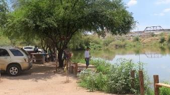 En esta temporada vacacional acuden familias a la realizar pesca deportiva en el humedal.