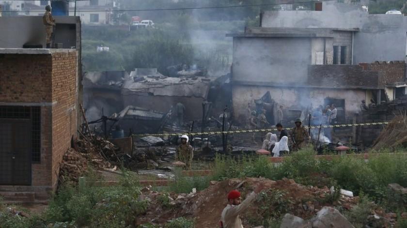 VIDEO: Avión se estrella en Pakistán; mueren 17 personas(AP)