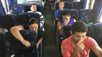 Los centroamericanos pagaron su pasaje de autobús.