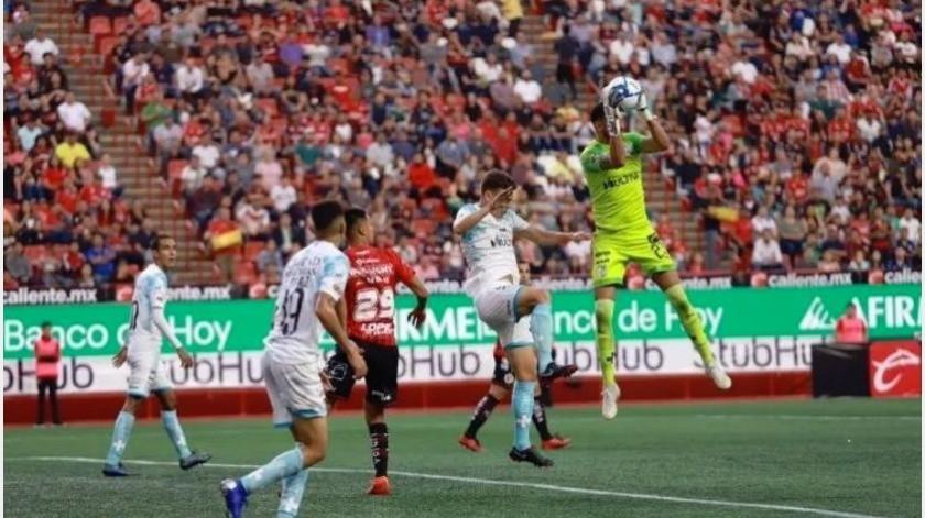 El Club Tijuana comenzó su participación en la fase de grupos Copa MX con triunfo de 2-0 ante Gallos de Querétaro, el ecuatoriano Miller Bolaños vino desde la banca para resolver el partido y Camilo Sanvezzo selló su estreno goleador.(Gustavo Suárez)