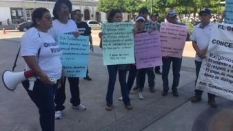 Ex concesionarios se manifiestan por fuera de Palacio
