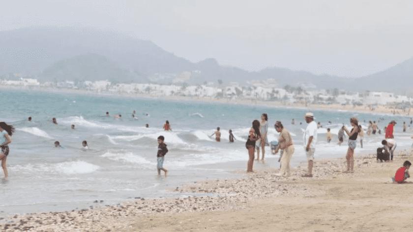 Varias familias disfrutaron del penúltimo fin de semana de vacaciones en Bahía de Kino.(Banco Digital)