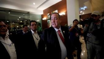 El candidato a la presidencia de Guatemala Alejandro Giammattei (c) llega a un hotel donde brindará una conferencia de prensa tras los resultados preliminares de las elecciones este domingo, en Ciudad de Guatemala (Guatemala). EFE/ Esteban Biba