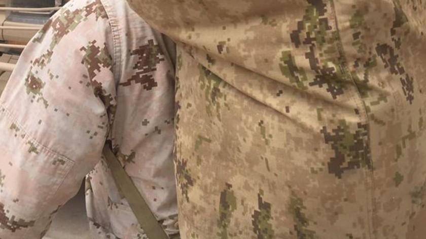 Aseguran a hombre con 70 uniformes militares en NL